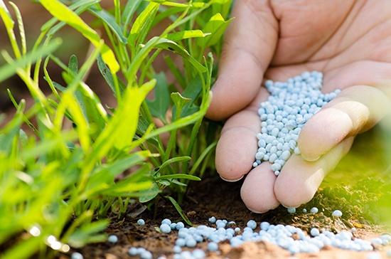 Fertiliser pellets, made using potassium carbonate